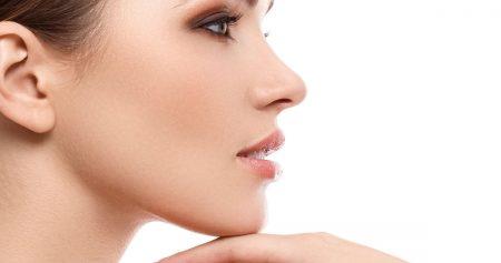 اخفاء حدبة الانف بالمكياج لتغيير مظهر الأنف وتحسين شكلها